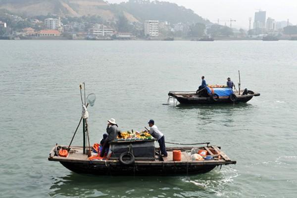 Những chiếc thuyền nhỏ xuất hiện và sẽ đeo bám các tàu du lịch để bán hàng.
