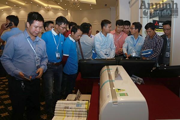 Các hội viên xem các mô hình hoạt động trên sản phẩm