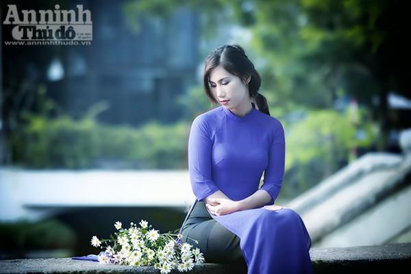 Sự e ấp, dịu dàng của các cô gái kết hợp với sự tinh khôi của cúc họa mi tạo nên vẻ đẹp say lòng người.
