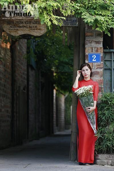 Vẻ đẹp thiếu nữ Hà Thành duyên dáng trong tà áo dài đã khiến bao trái tim thổn thức.