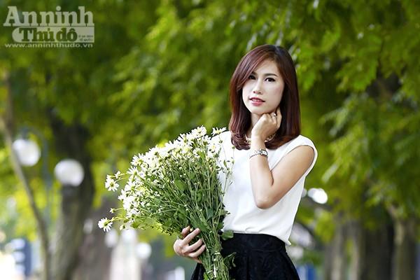 Chờ đợi để đến một mùa cúc họa mi! Cho đến cả khi được ôm trọn loài hoa mình yêu thích trong tay, người yêu hoa cũng nhẹ nhàng, sợ làm nát những cánh trắng mong manh.
