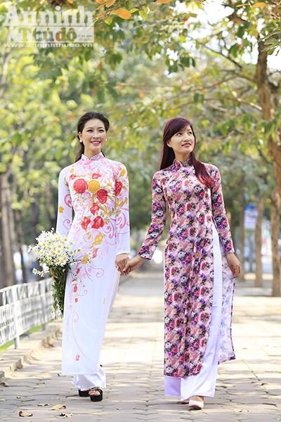Hình ảnh những thiếu nữ ôm cúc họa mi bước đi giữa phố Hà Nội đẹp như một bức tranh