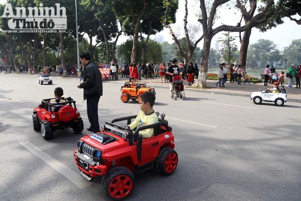 Để đỡ phải tránh những chiếc xe đồ chơi này nhiều người dân đã lựa chọn đi lại trên vỉa hè như những ngày thường.