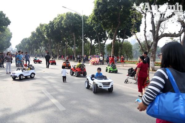 Chúng ta dễ dàng nhận thấy hàng chục chiếc xe ô tô đồ chơi đã vô hình chiếm một sân chơi riêng dưới đường.