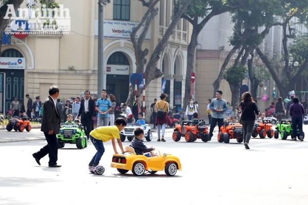 """Dàn ô tô điện đồ chơi """"tấn công"""" phố đi bộ khiến nhiều người bức xúc"""