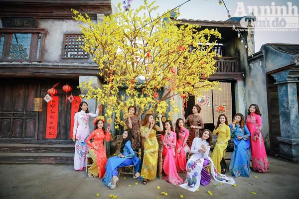 Trong trang phục áo dài, những thiếu nữ Hà Nội xinh xắn bên cây mai nở vàng… phía sau là mô hình những ngôi nhà cổ được làm hết sức công phu.