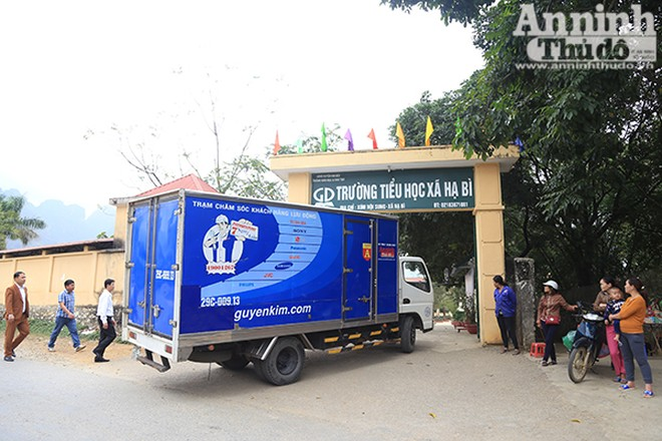 Trở về từ Lào Cai, đoàn công tác Báo ANTĐ và HDBank đến trao quà tại Trường tiểu học xã Hạ Bì, Kim Bôi, Hòa Bình.