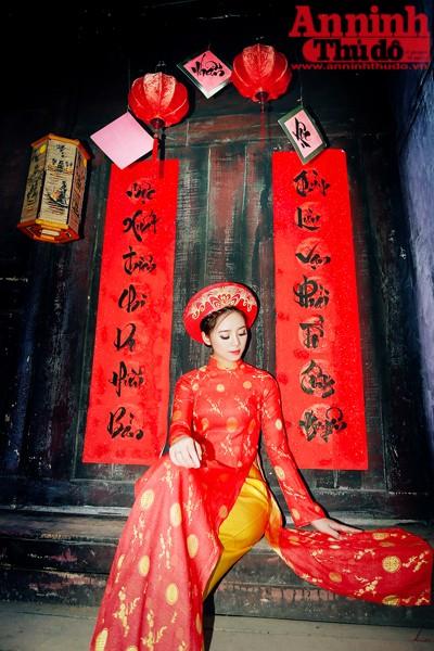 Để chụp bộ ảnh mang đậm không khí mùa xuân, cô đã chọn cho mình trang phục áo dài truyền thống với 2 màu hồng, đỏ chủ đạo và ở bối cảnh khá giống với phố cổ Hội An ở Thảo Nguyên Hoa Long Biên.