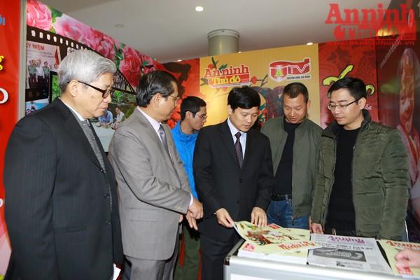 Phó Chủ tịch UBND TP Hà Nội Ngô Văn Quý thăm đánh giá cao các ấn phẩm của Báo An ninh Thủ đô.