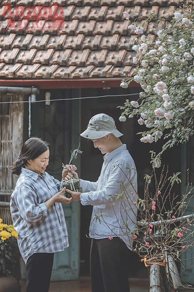 Cặp bánh chưng và cành đào từ phương xa cùng nụ cười của mẹ. Tác giả nói đó là nụ cười của mùa xuân...gắn liền với đời sống xã hội, tinh thần cũng như văn hóa của người Việt Nam.
