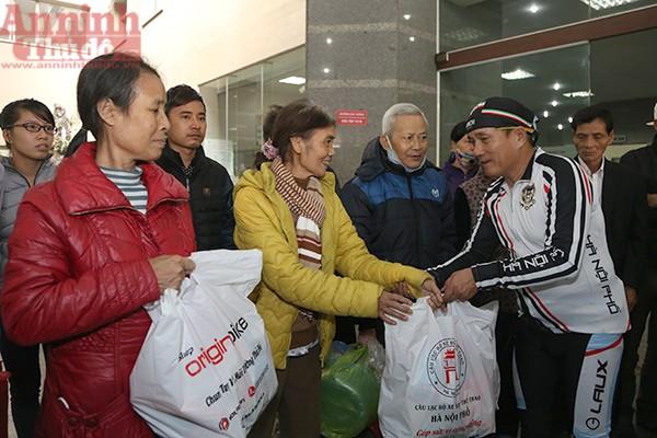 Nhân dịp này nhiều nhà hảo tâm, các câu lạc bộ cũng đến tặng quà mong muốn các bệnh nhân nghèo có một cái Tết đầm ấm đầy đủ hơn...