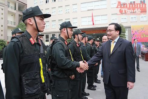 Đồng chí Hoàng Trung Hải chúc các chiến sĩ của Trung đoàn CSCĐ hoàn thành tốt nhiệm vụ đảm bảo giữ gìn an ninh trật tự thủ đô Hà Nội trong dịp tết Nguyên đán