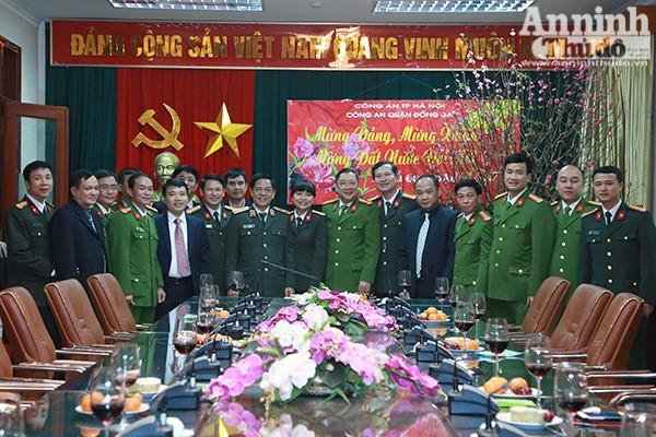 Lãnh đạo CATP Hà Nội chụp ảnh lưu niệm cùng cán bộ chiến sĩ CAQ Đống Đa