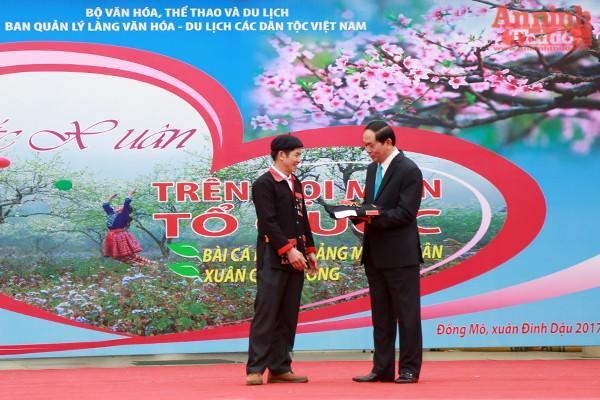 Đại diện dân tộc Dao ở huyện Ba Vì, Hà Nội tặng Chủ tịch nước Trần Đại Quang