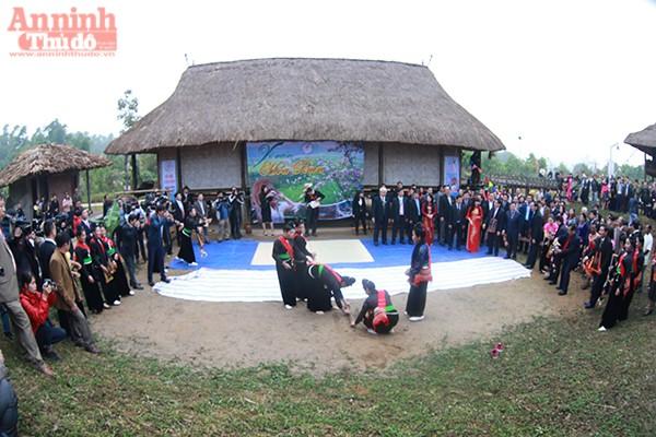 Đông đảo người dân cũng như khách thập phương tới dự ngày hội xuân