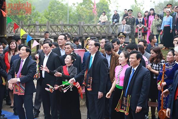 Chủ tịch nước Trần Đại Quang cùng các đại biểu chơi trò chơi dân gian cùng đồng bào.
