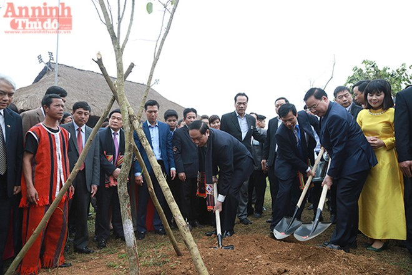 Các đại biểu trồng cây lưu niệm tại Làng Văn hóa – Du lịch các dân tộc Việt Nam