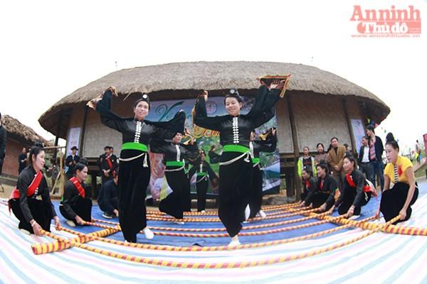 Đồng bào dân tộc Thái - Điện Biên múa sạp
