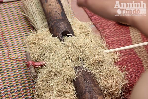 Để kéo ra lửa, người ta lấy hai thanh dang kẹp vào bùi nhùi, dùng hai thanh tre ốp một mảnh trên và một mảnh dưới, giữ chắc hai đầu rồi hai người kéo co cho cật dang cọ sát vào cật tre nhiều lần.