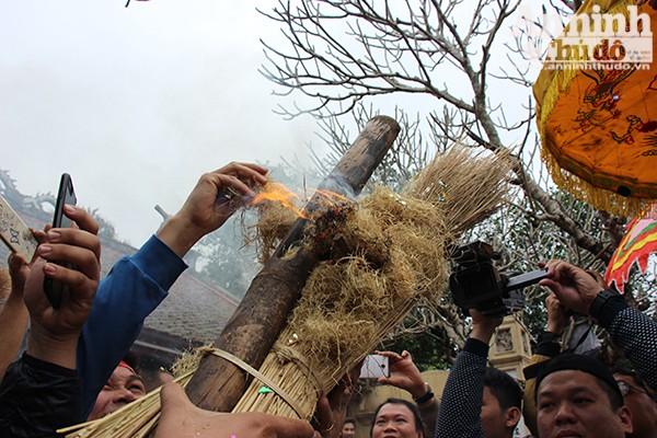 Khi bùi nhùi rơm lửa bùng lên, là lúc dùng mồi lửa này để thổi cơm.