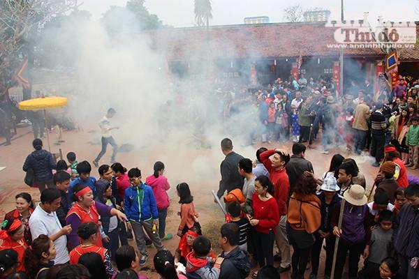 Sân đình bốc khói nghi ngút bởi rơm rạ được đốt của các đội thi, sau khi kết thúc hội thi, các đội chia cơm cho dân làng ăn lấy may để cầu mong một năm no đủ, an lành.