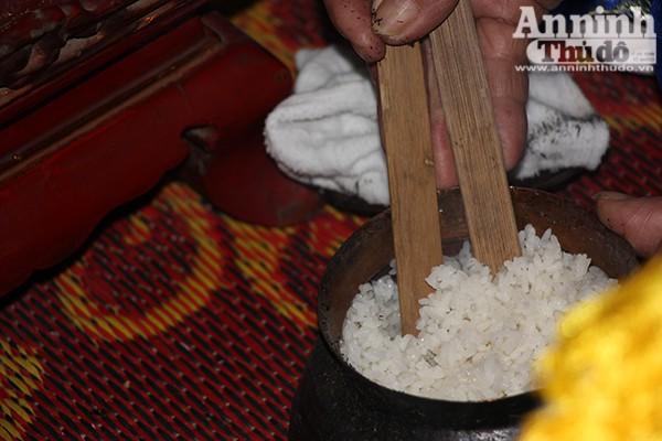Ban tổ chức thường là các cụ cao niên trong làng sẽ tìm ra 4 nồi cơm, nếu nồi nào cơm chín dẻo và trắng, không có hạt sống sẽ được trao giải và 4 niêu cơm sẽ xới để cúng thành hoàng làng.