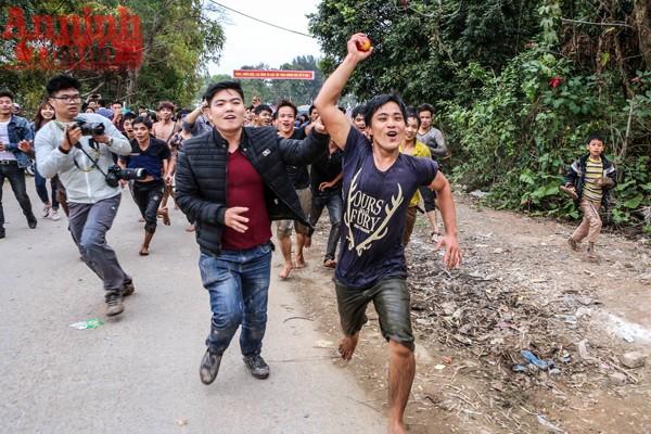 Những thanh niên may mắn cướp được phết về cho làng.