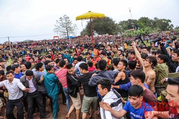 Ngay khi chủ tế mang quả phết ra bãi đất trống, đám đông đã lao vào khiến tình trạng chen lấn, xô đẩy diễn ra mặc dù đã có sự bảo vệ của lực lượng công an địa phương...