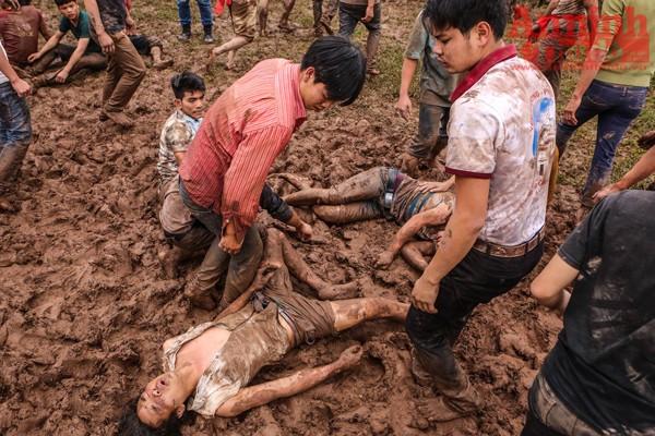 Sau khi tranh cướp, nhiều thanh niên đã kiệt sức nằm vật trên bùn đất