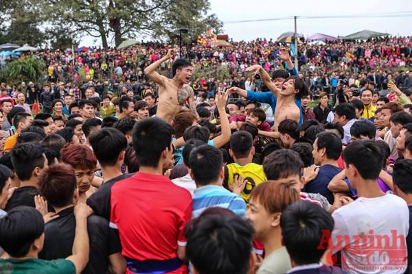 Hàng nghìn thanh niên lao vào cướp phết để cầu may. Và cũng như năm ngoái, không ít người bị thương giữa đám đông loạn đả.