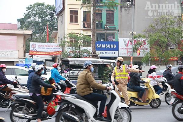 Chính vì thế, từ chiều lực lượng CSGT đã có mặt ở các nút trọng điểm trên đường Tây Sơn và Thái Thịnh để phân luồng, tránh ùn tắc giao thông.