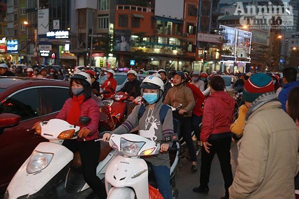 Đến 18h thì các đoạn đường gần khu vực chùa Phúc Khánh đã chật cứng người.