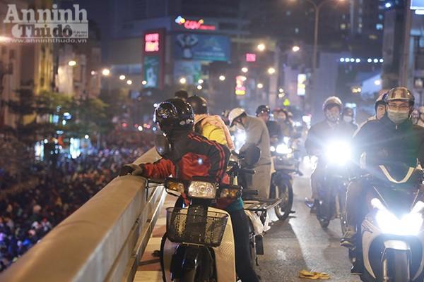 Những người tham gia giao thông cũng dừng lại xem khiến cầu vượt Ngã Tư Sở ùn tắc.