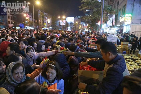 Kết thúc lễ cầu an, người dân chen nhau về điểm phát lộc gồm oản và chuối.