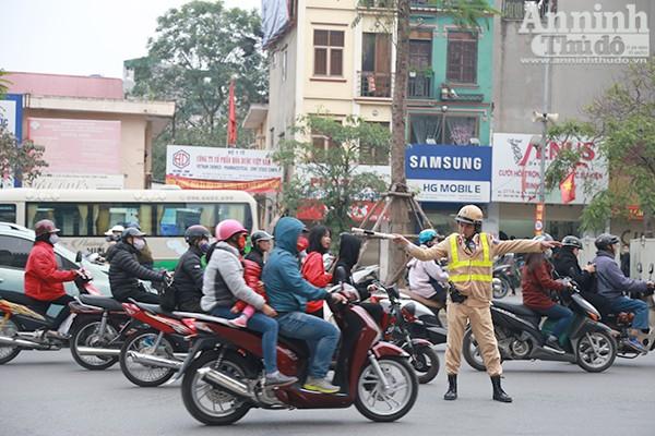 Hàng ngày tại các nút giao thông trọng điểm luôn có các chiến sĩ ứng trực đảm bảo giao thông được thông suốt.