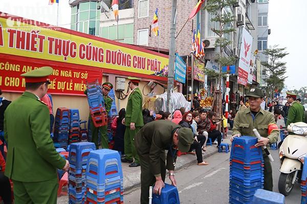 Để tránh tình trạng người dân đi lễ xả rác bừa bãi, lực lượng CAP Ngã Tư Sở đã huy động người dân cho mượn ghế phục vụ miễn phí.