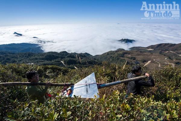 Là một trong những núi cao thuộc dãy Tây Côn Lĩnh. Đỉnh Chiêu Lầu Thi (còn gọi là Kiêu Liều Ti) cao 2.402 m.