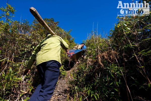 Những dốc núi hiểm trở không khác gì Fansipan của Lào Cai.