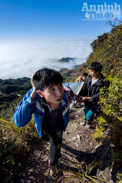 Đỉnh núi nằm trên cánh cung Tây Bắc thuộc miền Bắc Việt Nam. Chiêu Lầu Thi nằm ở thôn Tân Minh và thôn Chiến Thắng, xã Hồ Thầu.