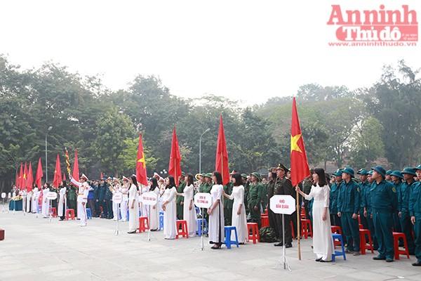 Từ 7h sáng, các đại biểu, tân binh và gia đình đã có mặt ở Gò Đống Đa đúng giờ và trang trọng làm nghi lễ chào cờ.