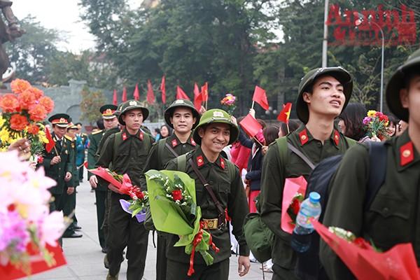 Lưu luyến nhưng không kém phần mạnh mẽ, những chàng trai Hà Nội lên đường thực hiện Luật nghĩa vụ quân sự. Năm 2017, thành phố Hà Nội phấn đấu hoàn thành 100% chỉ tiêu kế hoạch nhà nước giao, đảm bảo chất lượng quân tốt.