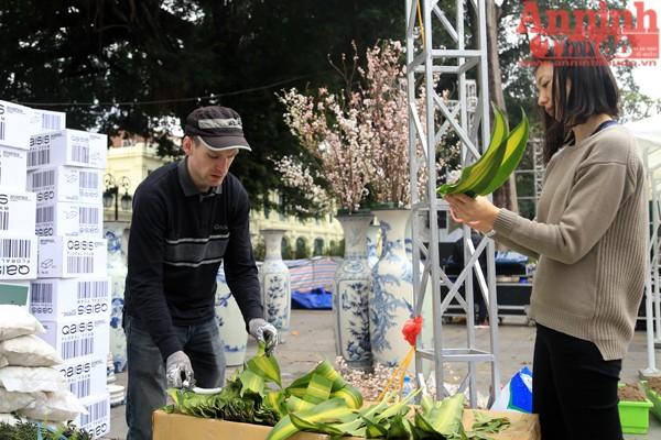 Tại khu vực Tượng đài Lý Thái Tổ, những chuyên gia Nhật Bản đã trực tiếp sang Việt Nam hỗ trợ mọi công tác chuẩn bị. Từ cắm hoa, trang trí cho tới chăm sóc bảo quản hoa...