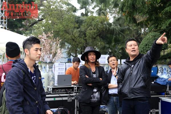 Các nghệ sĩ đến từ đất nước Mặt trời mọc cũng có mặt tại Tượng đài Lý Thái Tổ để khảo sát chuẩn bị cho chương trình tổng duyệt vào tối nay 9-3.