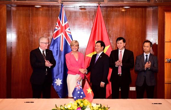 Bộ trưởng Ngoại giao Australia bà Julie Bishop gặp Phó Thủ tướng Phạm Bình Minh tại Lễ khởi động chương trình Aus4Equality do Chính phủ Australia tài trợ