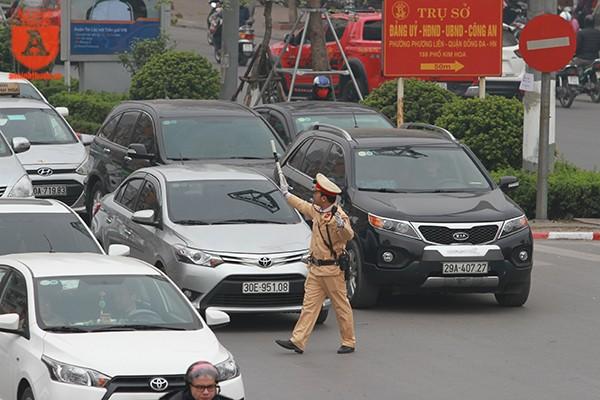 Cảnh sát giao thông Hà Nội ứng trực phân làn những ngày cuối năm ảnh 4