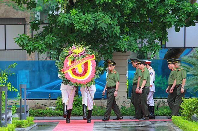 Đảng ủy, Ban Giám đốc và lãnh đạo, chỉ huy các đơn vị tiến vào Đài tưởng niệm các Anh hùng liệt sĩ CATP Hà Nội