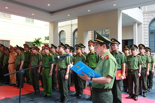 Thiếu tướng Đoàn Duy Khương thay mặt cho hơn 2 vạn cán bộ, chiến sĩ, công nhân viên Công an Thủ đô báo cáo, tri ân anh linh các Anh hùng liệt sĩ