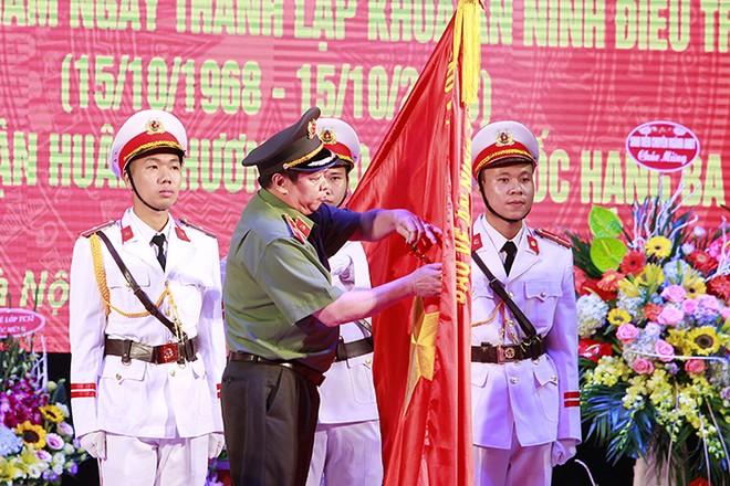 Thừa ủy quyền của Chủ tịch nước, Thiếu tướng, PGS, TS Lê Văn Thắng, Giám đốc Học viện ANND gắn Huân chương Bảo vệ Tổ quốc Hạng 3 lên lá cờ truyền thống của Khoa ANĐT