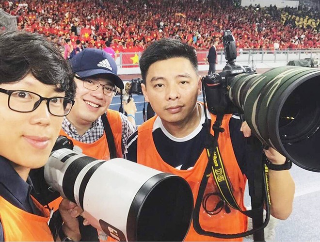 Anh Tuấn (bên phải) cùng các phóng viên ảnh Việt Nam tại sân vận động Bukit Jalil, Malaysia