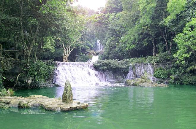 Vẻ đẹp của thác nước ở Khoang Xanh Suối Tiên